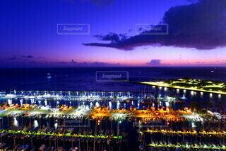 夜に明るくした街の写真・画像素材[3688891]