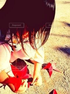 子ども,秋,紅葉,屋外,赤,落ち葉,手持ち,人物,ポートレート,ライフスタイル,手元,紅葉狩り