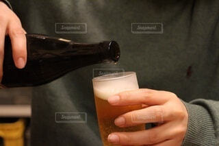 屋内,ジュース,手,手持ち,人物,人,ボトル,ビール,カクテル,ポートレート,ドリンク,ライフスタイル,手元,飲料