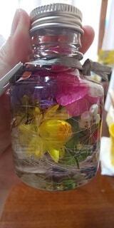 インテリア,花,かわいい,きれい,ドライフラワー,ガラス,手持ち,人物,癒し,ポートレート,ディスプレイ,クリア,ライフスタイル,手元,ハーバリウム