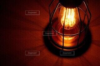 テーブルの上のランプの写真・画像素材[3706749]