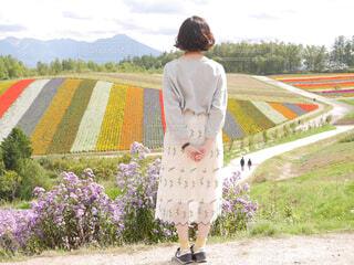 パッチワークのお花畑で佇む女の子の写真・画像素材[4297108]