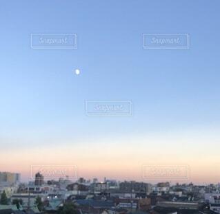 都会の月の写真・画像素材[3716726]