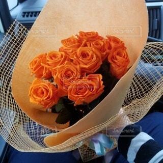 花,バラ,手持ち,人物,ポートレート,ライフスタイル,手元,結婚記念日,花言葉,オレンジのバラ,11本のバラ