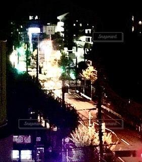 夜の交通で満たされた街の通りの眺めの写真・画像素材[3736588]