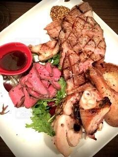 肉と野菜の食べ物の皿の写真・画像素材[3959700]