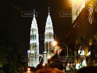 夜に明るくした街の写真・画像素材[4132966]