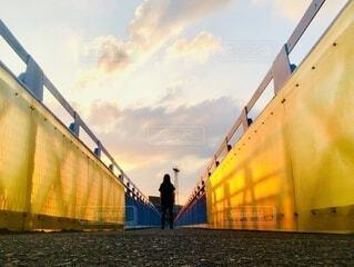 橋の真ん中に立つ人の写真・画像素材[3690673]