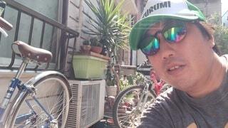 自転車を持っている人のクローズアップの写真・画像素材[3688246]