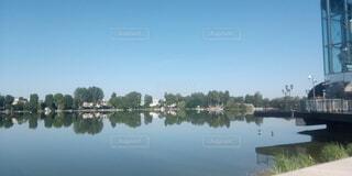 水面に映る青空の写真・画像素材[3791544]