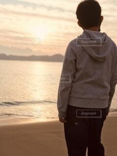 風景,海,屋外,朝日,海岸,正月,お正月,小学生,日の出,男の子,新年,初日の出