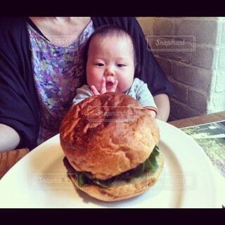 食べ物,ハンバーガー,手持ち,人物,赤ちゃん,ポートレート,離乳食,ライフスタイル,手元
