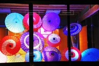 カラフルな和傘の写真・画像素材[3685842]