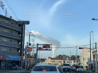 交通量の多い街路で見た雲の写真・画像素材[3672555]