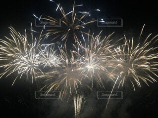 空の花火の写真・画像素材[3672708]