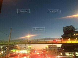 風景,空,建物,夜,太陽,朝日,看板,雲,夕暮れ,高速道路,空港,高層ビル,正月,お正月,日の出,明るい,新年,初日の出,決定的瞬間,街路灯,インスタ映え