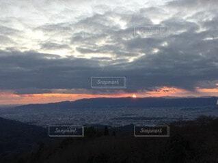 自然,風景,空,屋外,太陽,朝日,雲,夕暮れ,山,高層ビル,正月,お正月,日の出,新年,初日の出,くもり,バック グラウンド
