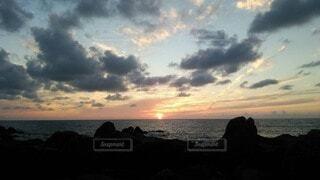 自然,風景,海,屋外,太陽,朝日,ビーチ,雲,砂浜,夕暮れ,海辺,水面,海岸,美しい,岩,正月,お正月,日の出,新年,初日の出,くもり,岬,決定的瞬間,インスタ映え