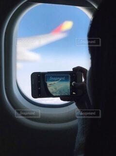 女性,空,飛行機,窓,手持ち,人物,スマートフォン,ポートレート,ミラー,ライフスタイル,手元,座席,携帯電話,フォトジェニック,電話機