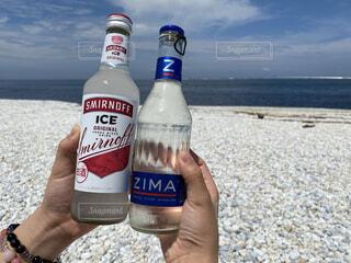 海,お酒,屋外,手持ち,人物,ポートレート,乾杯,ライフスタイル,手元