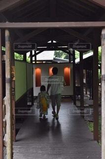 温泉へ向かう廊下の写真・画像素材[3691457]
