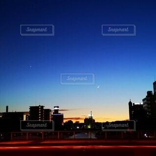 星と月と夕暮れの街の写真・画像素材[4758813]