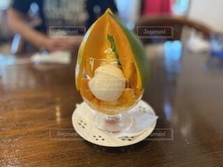 オレンジジュースのグラスをクローズアップするの写真・画像素材[3681900]