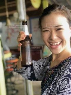 ビールを持っている女性の写真・画像素材[3686276]
