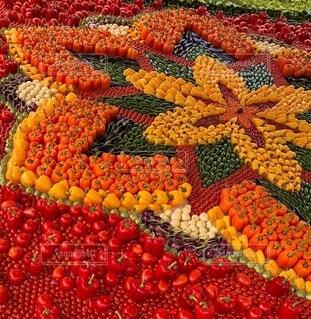 展示されている多くの異なる野菜のクローズアップの写真・画像素材[3686348]