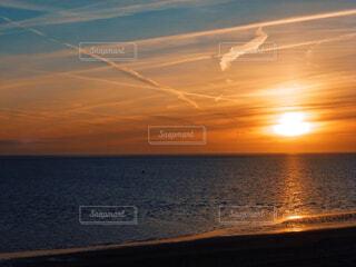 水面に沈む夕日の写真・画像素材[3750942]