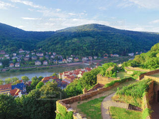 背景に山のある都市の眺めの写真・画像素材[3751453]