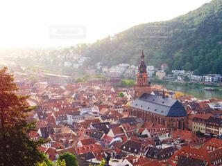 背景に山のあるヨーロッパの都市の眺めの写真・画像素材[3757071]