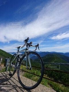 トレイルの側に駐車している自転車の写真・画像素材[3786576]