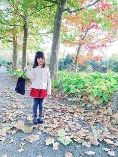 秋コーデで散歩の写真・画像素材[3696023]