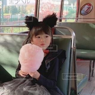 黒猫ちゃんは綿飴が好きの写真・画像素材[3778065]