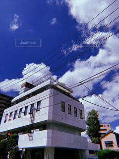 はしごがついてる建物とそらの写真・画像素材[3699448]