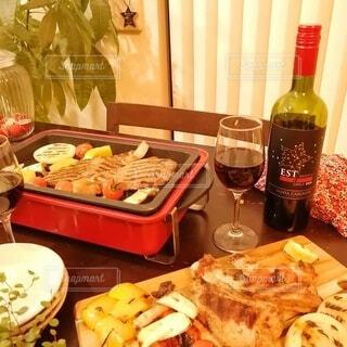 食べ物の皿をテーブルの上に置くの写真・画像素材[4084514]