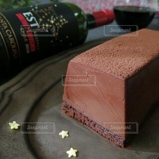 テーブルの上に座っているケーキの写真・画像素材[4087688]