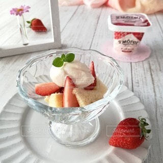 皿の上に果物のボウルの写真・画像素材[4265777]
