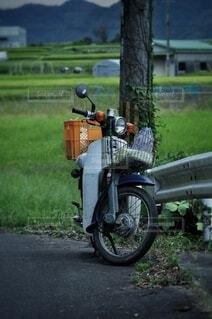 道路の脇に止まっているオートバイの写真・画像素材[3701450]