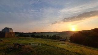 緑豊かな草原を照らす朝日の写真・画像素材[3710729]