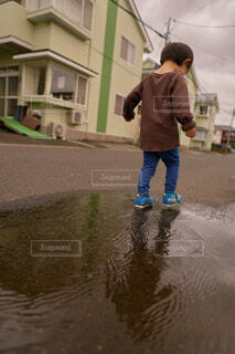 水溜りで遊ぶ我が子の写真・画像素材[3728160]