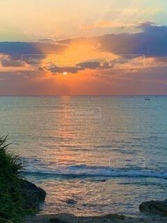 朝日と船と自然が見せてくれる綺麗なダイヤモンドの空の写真・画像素材[3786865]