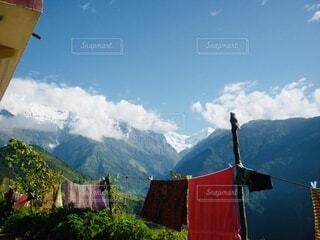 洗濯物の背景に山の写真・画像素材[3737034]