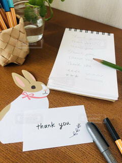 テーブルの上の文房具の写真・画像素材[3894185]
