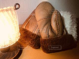 テーブルの上に置かれた手袋とランプの写真・画像素材[3979645]
