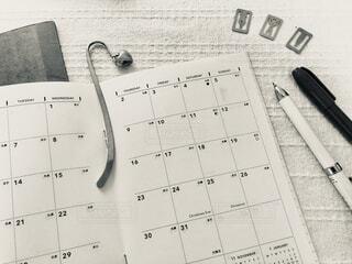 スケジュール帳とペンとクリップの写真・画像素材[4006756]