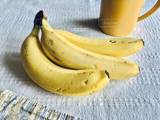 テーブルの上にのっているバナナの写真・画像素材[4317825]