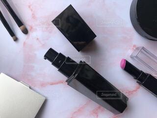 テーブルの上のメイク用品の写真・画像素材[4317845]