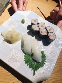 テーブルの上に寿司の上に座っているケーキの写真・画像素材[3701563]